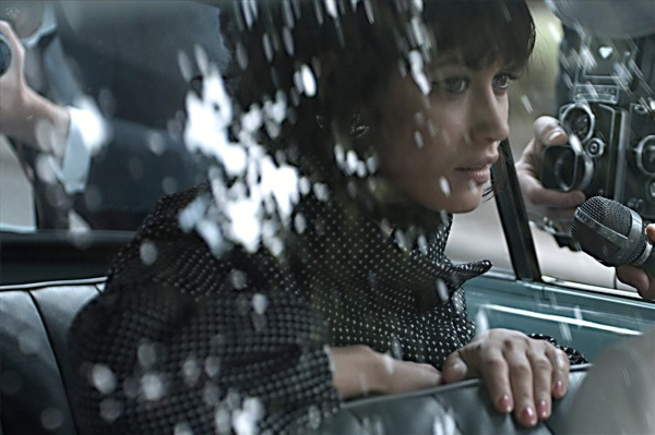 Оля Куриленко в машине
