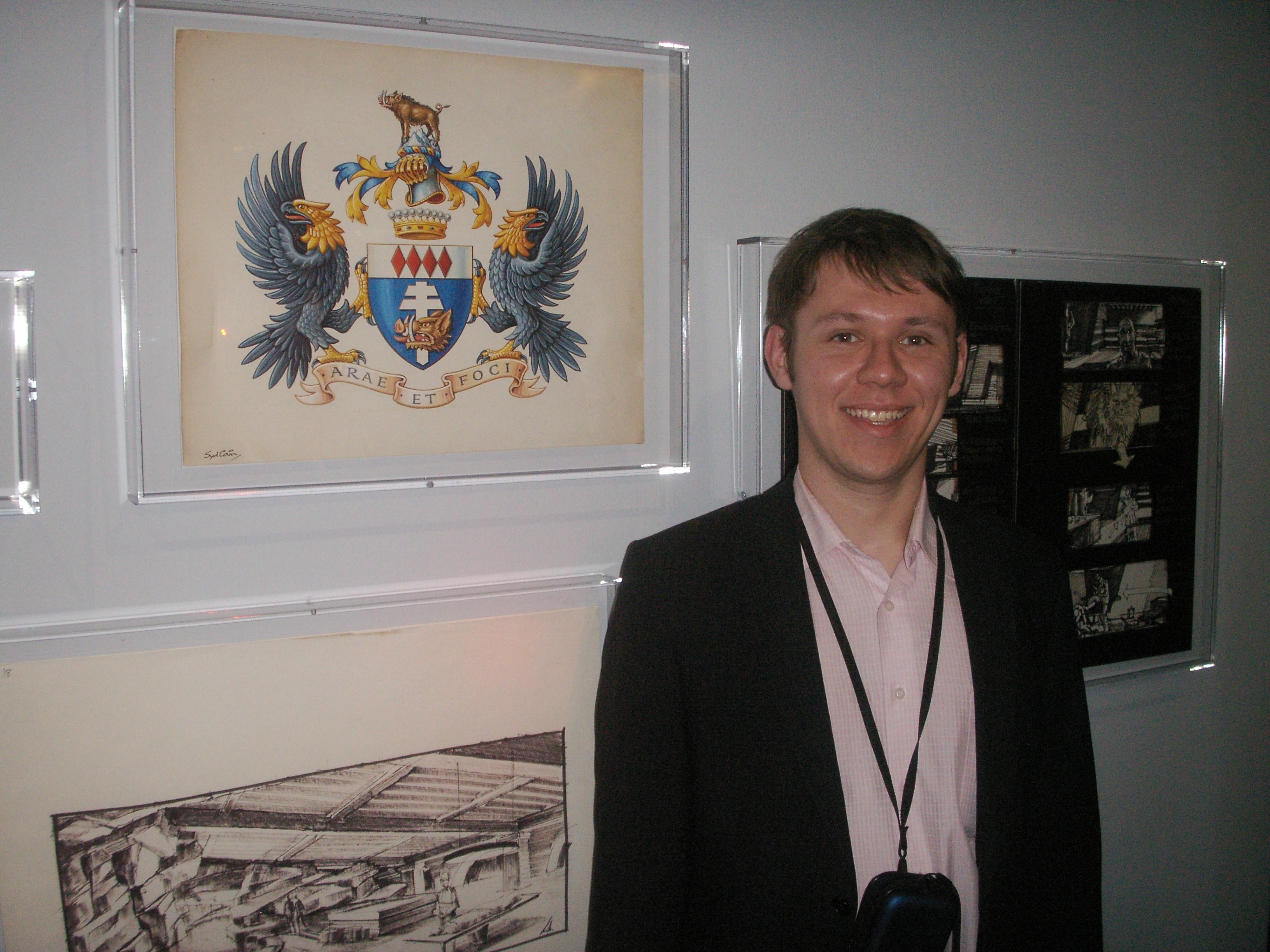 Блофельд на фоне своего фамильного герба