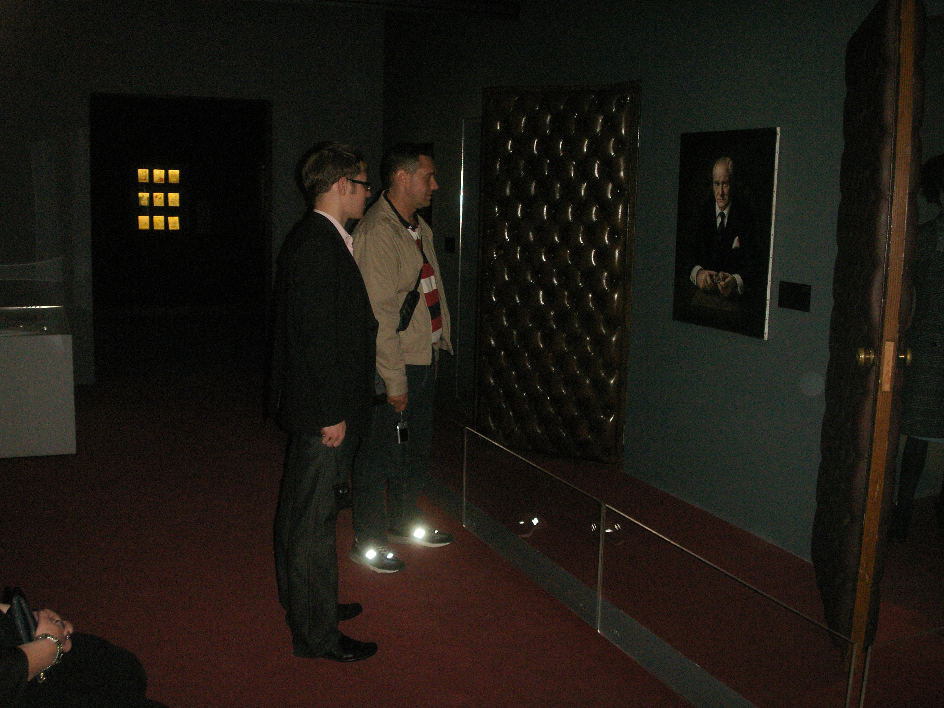 Блофельд и timka в его сверкающих тапочках с почтением взирают на портре