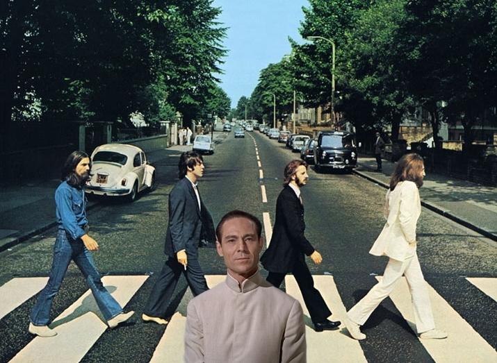 Во время экскурсии по Лондону заметил этих интресных ребят - целый день ходили по переходу туда-сюда, а какой-то фотограф их щелкал. Жаль название улицы забыл