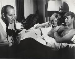 Джеймс Бонд, Патрисия Фиаринг и какой-то мужчина с чашкой